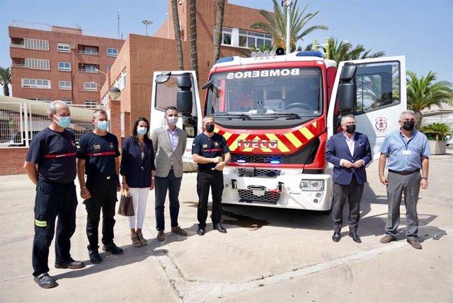 Fernández-Pacheco y Caicedo en el acto de entrega del camión de bomberos