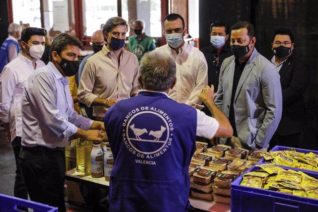 El presidente del PPCV, Carlos Mazón, y el vicesecretario de Comunicación del PP, Pablo Montesinos, durante su visita al reparto de alimentos del Banco de Alimentos realizado en el estadio de Mestalla, en València.