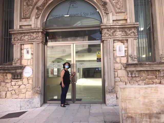 Mercedes Gámez en la entrada del albergue juvenil/Archivo