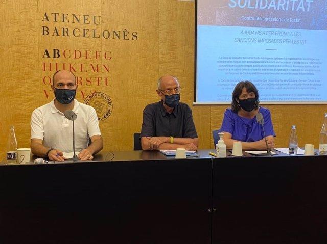 El vicepresident d'Òmnium Cultural, Marcel Mauri; el president de la Caixa de Solidaritat, Pep Cruanyes, i la presidenta de l'ANC, Elisenda Paluzie