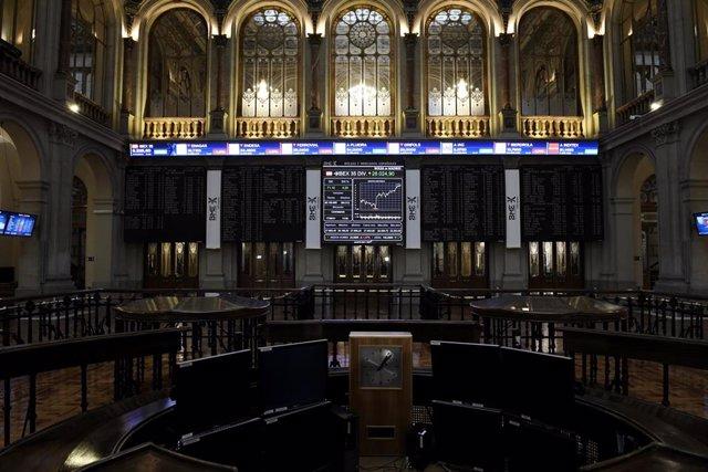 Archivo - Valores del Ibex 35 en los paneles de la Bolsa de Madrid, a 17 de junio de 2021, en Madrid (España).