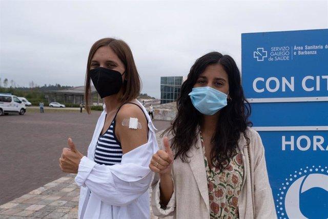 Dos  jóvenes saludan tras ser vacunadas contra el Covid-19 en el complejo de Cidade da Cultura, a 22 de julio de 2021, en Santiago de Compostela, Galicia (España).
