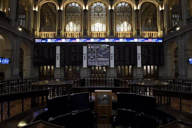 Archivo - Valores del Ibex 35 en los paneles de la Bolsa de Madrid, a 17 de junio de 2021, en Madrid (España). El Ibex 35 se daba la vuelta y subía un 0,3% en la media sesión de este jueves, situándose por encima de los 9.200 puntos, impulsado por los val