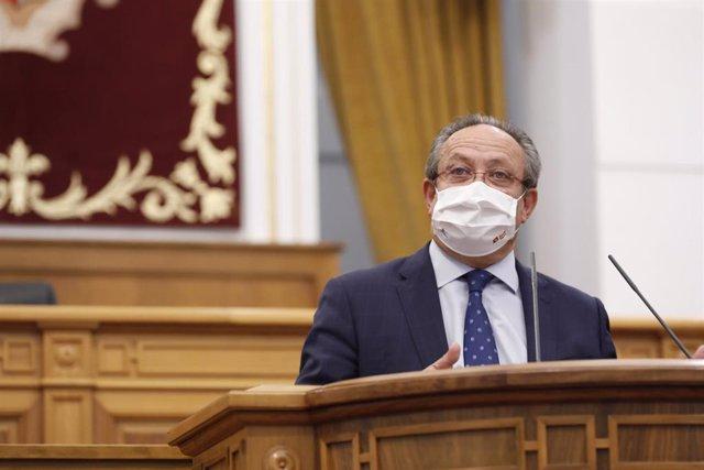 El consejero de Hacienda y Administraciones Públicas del Gobierno de Castilla-La Mancha, Juan Alfonso Ruiz Molina, defiende su Ley del Juego ante el pleno de las Cortes