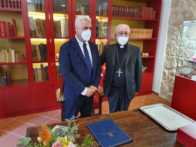 El presidente de la Diputación de Guadalajara, José Luis Vega, y el obispo de la Diócesis de Sigüenza-Guadalajara, Atilano Rodríguez, han firmado un nuevo convenio de colaboración entre ambas entidades.