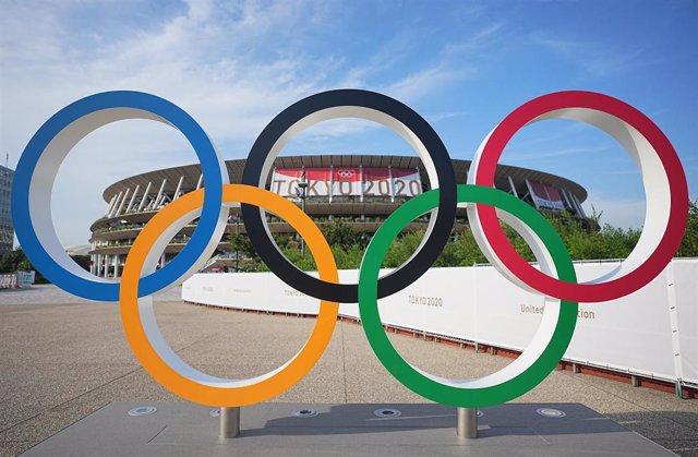 Los anillos olímpicos frente a un estadio antes de los Juegos Olímpicos de Tokio.