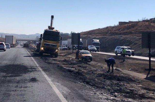 Inspección de daños por la quema de materiales durante una protesta en Sudáfrica para pedir la liberación del expresidente Jacob Zuma.