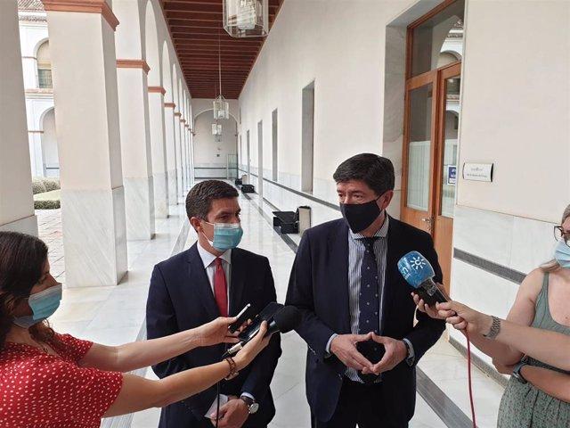 El coordinador autonómico de Ciudadanos (Cs) en Andalucía, Juan Marín, atiende a los medios en el Parlamento andaluz junto al diputado Sergio Romero.