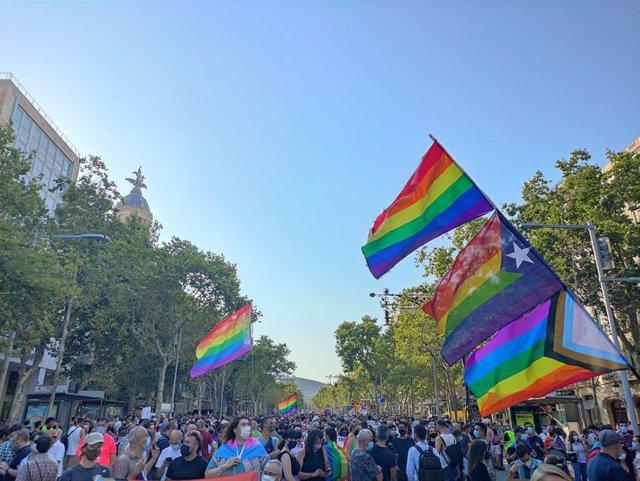 Unes 4.000 persones han participat aquest dijous a la manifestació unitària contra la LTGBIfobia a Barcelona.