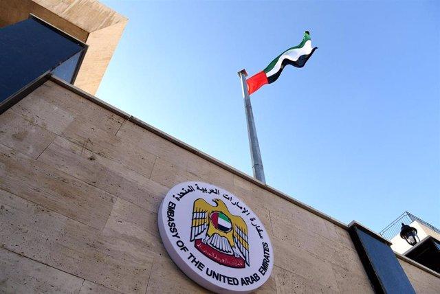 Archivo - Una bandera de Emiratos Árabes Unidos (EAU) ondea en una Embaja del país en Siria.