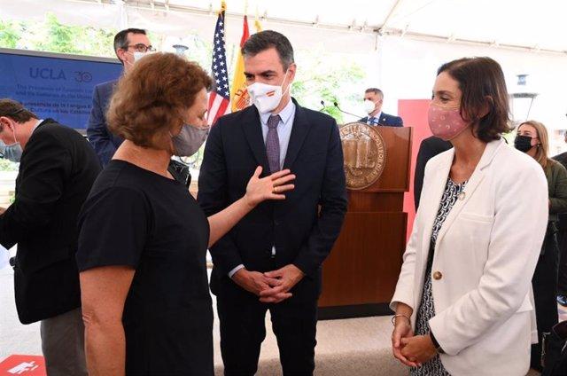 El presidente del Gobierno, Pedro Sánchez, con la ministra de Industria, Reyes Maroto.