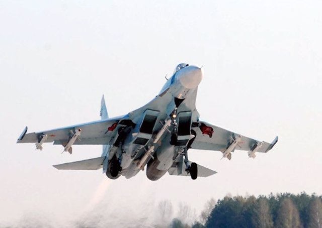 Archivo - Caza ruso Sujói Su-27 en la maniobra de despegue