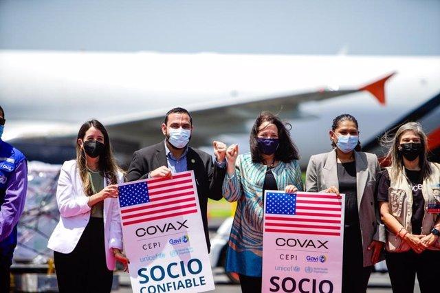 Recepción del lote de vacunas de Moderna enviado por Estados Unidos a El Salvador.