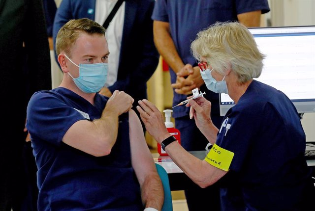 Archivo - Nurse manager Bradley McEntee was the third person in NSW to receive the Pfizer vaccination at the Royal Prince Alfred Hospital Vaccination Hub in Sydney, Monday, February 22, 2021. Australia will begin its roll out of the Pfizer coronavirus vac