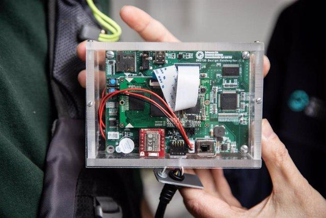 Un primer plano de la unidad de procesamiento de imágenes del dispositivo de colisión portátil.