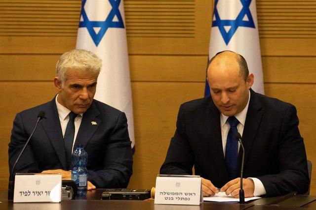 Archivo - El ministro de Exteriores de Israel, Yair Lapid (i), y el primer ministro israelí, Naftali Bennett (d)