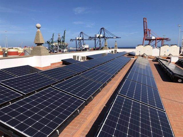 Archivo - Paneles fotovoltaicos en el tejado de un edificio