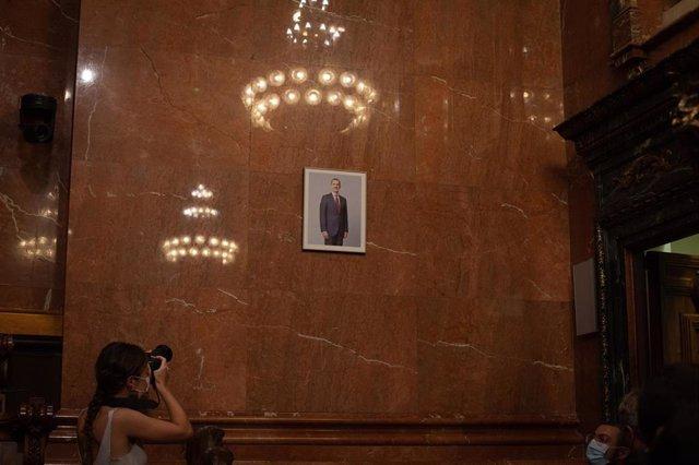 Colau coloca el retrato del Rey en pleno y luce una mascarilla con la bandera republicana