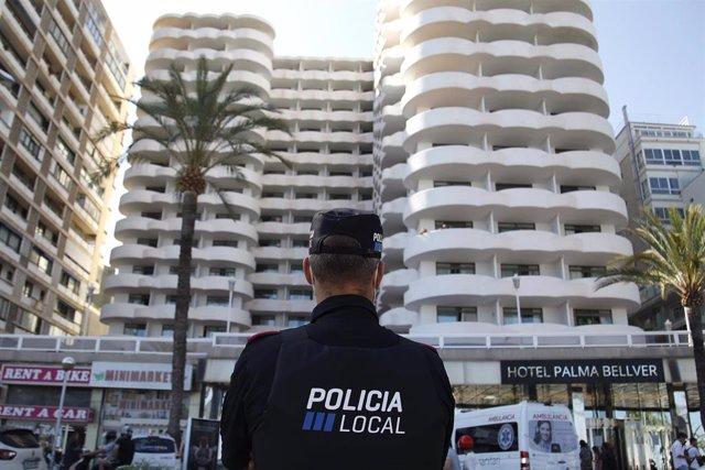 Un policía local hace guardia frente al hotel Palma Bellver, donde estaban confinados 249 jóvenes que han tenido relación directa o indirecta con el brote de un viaje de estudios a Mallorca, a 30 de junio de 2021, en Palma de Mallorca, Baleares (España).