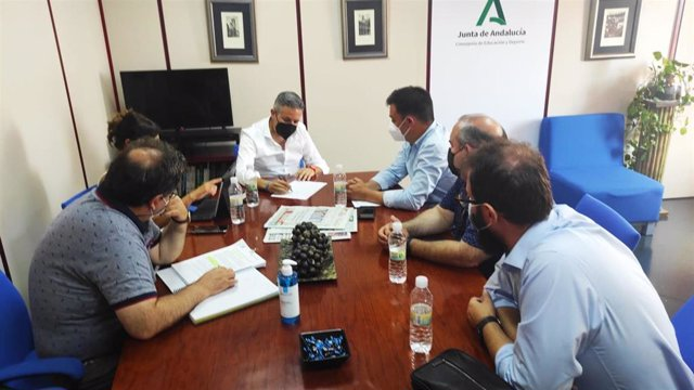 El delegado territorial de Educación y Deporte, Antonio Sutil, junto representantes de la Inspección Educativa, en la reunión de trabajo mantenida con el alcalde de Fuerte del Rey, Manuel Melguizo