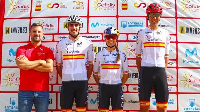 El seleccionador nacional de ciclismo de montaña, Mikel Zabal, junto a los tres españoles en los Juegos de Tokyo 2020: Jofre Cullel, Rocío del Alba y David Valero.