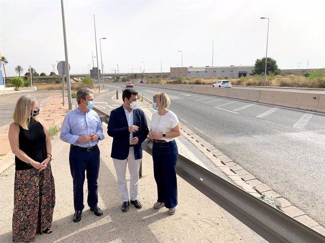 El consejero de Fomento e Infraestructuras, José Ramón Díez de Revenga; la alcaldesa de Cartagena, Noelia Arroyo, y el director de Carreteras, José Antonio Fernández Lladó, durante la presentación del 'Plan de Carreteras Seguras'.