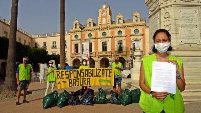 Acción desarrollada por nueve colectivos ecologistas en el Ayuntamiento de Almería