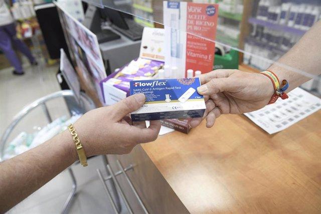 Un farmacéutico enseña un test de antígenos de detección del COVID-19 en la farmacia situada en la Calle Tucán, 7, a 20 de julio de 2021, en Madrid (España). El Consejo de Ministros aprueba hoy la venta sin receta del test de autodiagnóstico de COVID en f