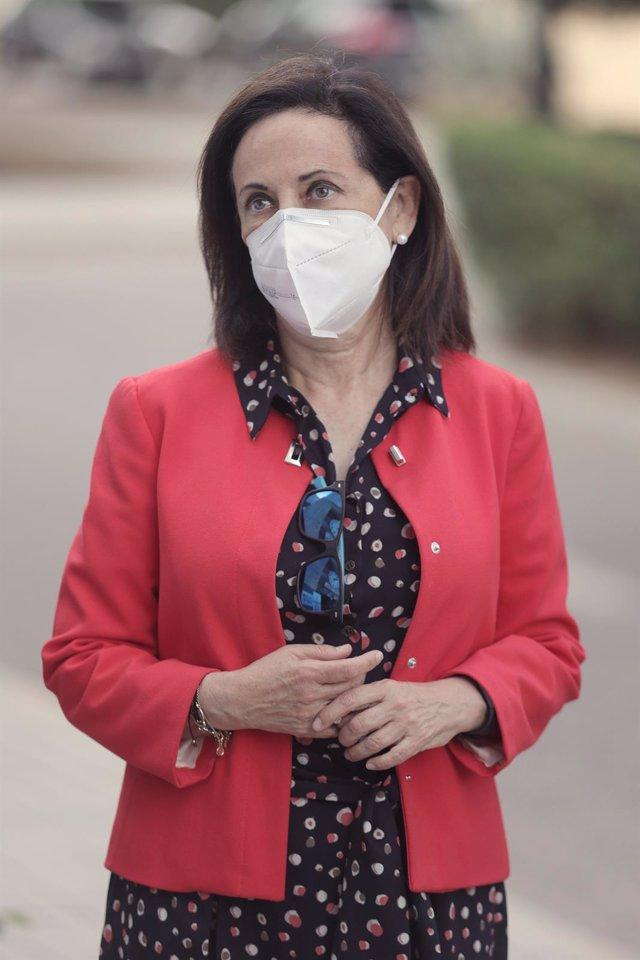La ministra de Defensa, Margarita Robles, durante una visita al Parque y Centro de Abastecimiento y Material de Intendencia del Ejército de Tierra, en el Acuartelamiento San Cristóbal