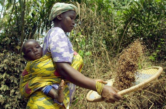 Archivo - Una migrante de Burkina Faso en Costa de Marfil