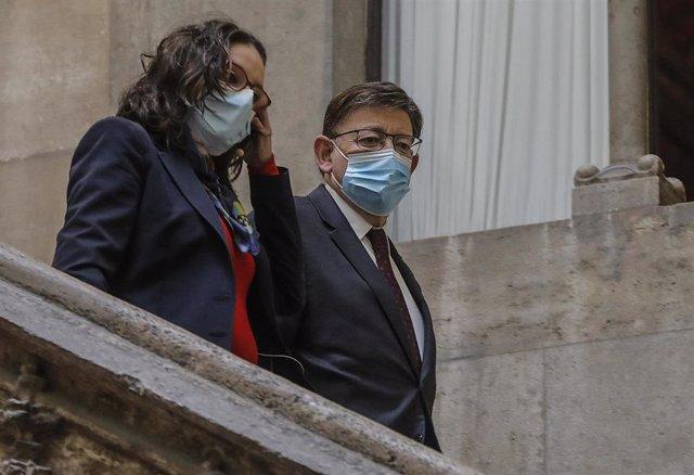 Archivo - La vicepresidenta y consellera de Igualdad y Políticas Inclusivas, Mónica Oltra, y el presidente de la Generalitat, Ximo Puig, a su llegada a la presentación del plan 'Convivint' de Infraestructuras de Servicios Sociales 2021-2025, a 15 de abril