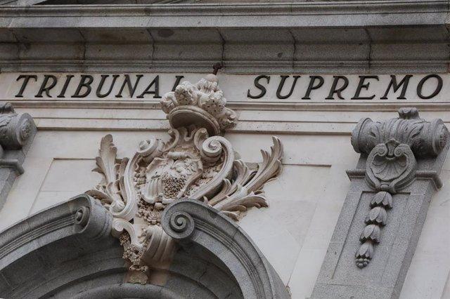 Archivo - Escudo de España en la fachada del edificio del Tribunal Supremo, en Madrid a 29 de noviembre de 2019.