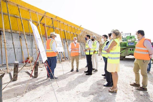 García y Amat visitan las obras en el puente de Roquetas de Mar (Almería)