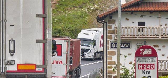 Archivo - Camiones en una carretera vizcaína