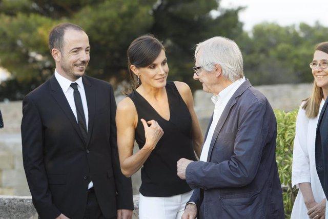 Archivo - La Reina Letizia habla con el cineasta británico Ken Loach en la inauguración de la 9º edición del Atlántida Film Fest en Palma.