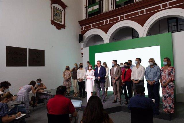 El candidato socialista a la Presidencia de la Junta de Andalucía, Juan Espadas (c), y demás miembros de su ' ofrece una rueda de prensa en su proclamación como secretario general del PSOE de Andalucía por la Comisión de Ética de la federación socialista.