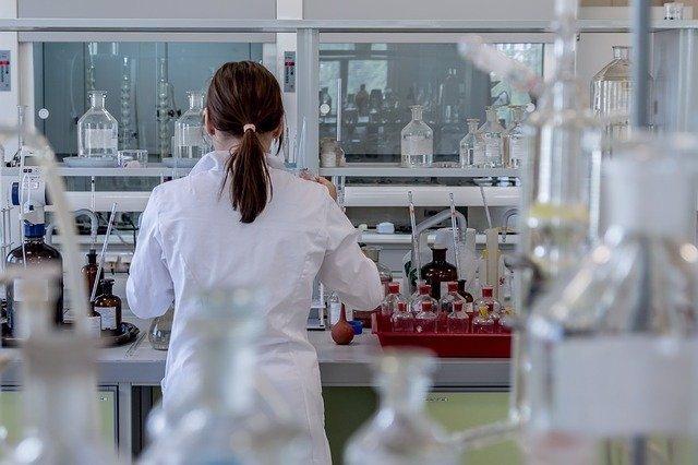 Investigadora en un laboratorio en foto de archivo.
