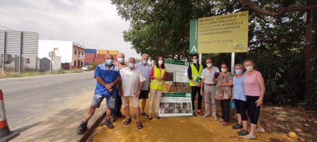La delegada de Fomento, Susana Cayuelas, visita con los vecinos las obras en la calle Poto.
