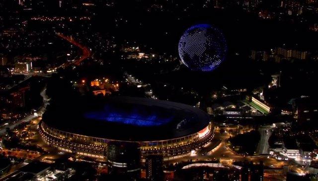 Drones en el cielo de Tokio formando el planeta Tierra