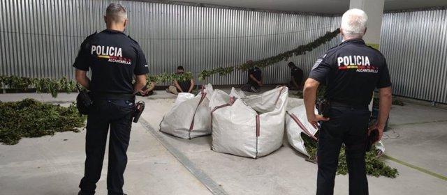 Agentes de la Policía Local posan con la droga intervenida