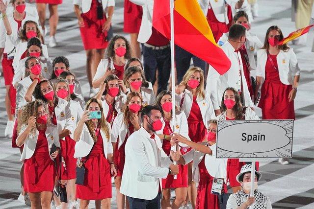Mireia Belmonte y Saúl Craviotto portan la bandera española en la ceremonia de inauguración de los Juegos de Tokyo 2020.