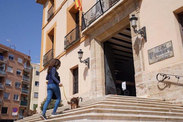 Una vecina con su mascota en Paterna (Valencia)