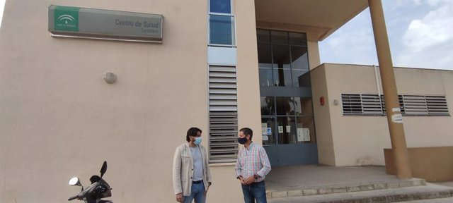 El diputado de Unidas Podemos por Andalucía Ismael Sánchez en la visita al Centro de Salud de Cantillana.