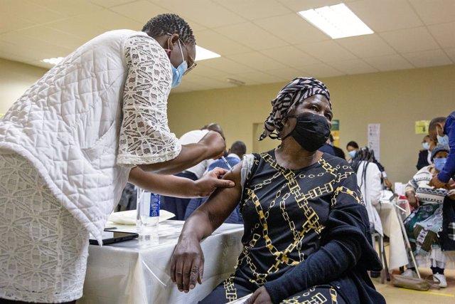 Centro de vacunación en Johannesburgo, Sudáfrica.