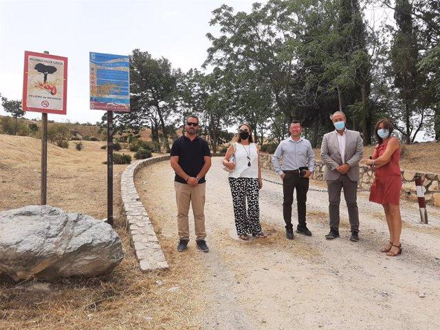 Fotografía de la visita a Cájar del delegado territorial de Regeneración, Justicia y Administración Local en Granada, Enrique Barchino, junto a la alcaldesa, Mónica Castillo.