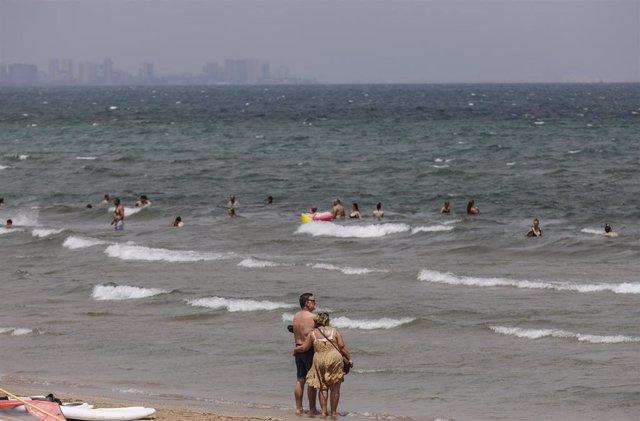 Bañistas en la Playa de la Malvarrosa (València).