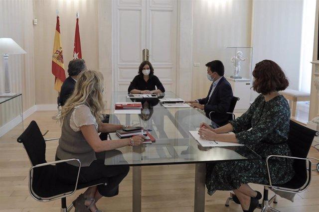 Archivo - La presidenta de la Comunidad de Madrid, Isabel Díaz Ayuso (c), acompañada por el consejero de Educación y Juventud, Enrique Ossorio (2i), durante una reunión con el portavoz del Grupo parlamentario de Más Madrid en la Asamblea regional, Pablo G