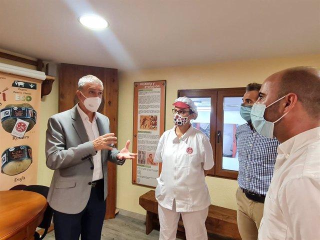 Rafa Climent en la seua visita a la cooperativa Quesos de Catí