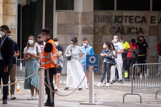 Varios mozos acoden a un dispositivo de vacinación contra o Covid-19 no complexo de Cidade da Cultura, a 22 de xullo de 2021,