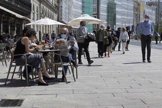 Archivo - Arquivo - Un grupo de persoas charla na terraza dun local de hostalaría da Coruña
